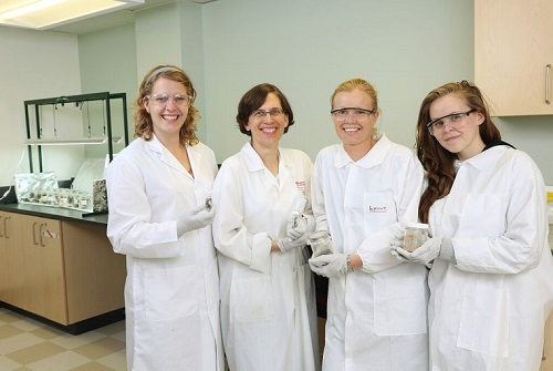 Dr. Linda Campbell and her students in the lab